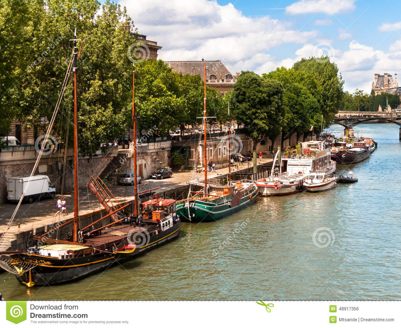 bateaux maison sur la seine paris photo stock image 48917356. Black Bedroom Furniture Sets. Home Design Ideas