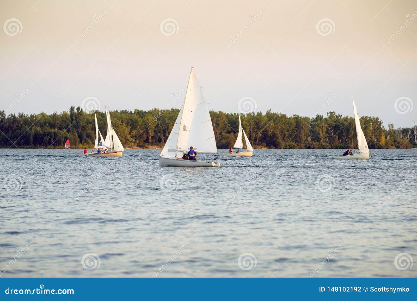 Bateaux naviguant dans une régate dans fin de soirée