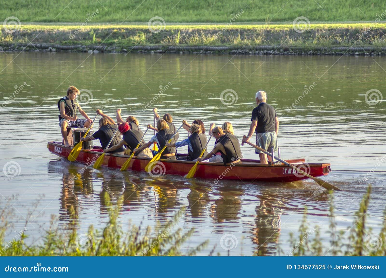 Bateaux s exerçants de dragon sur la rivière