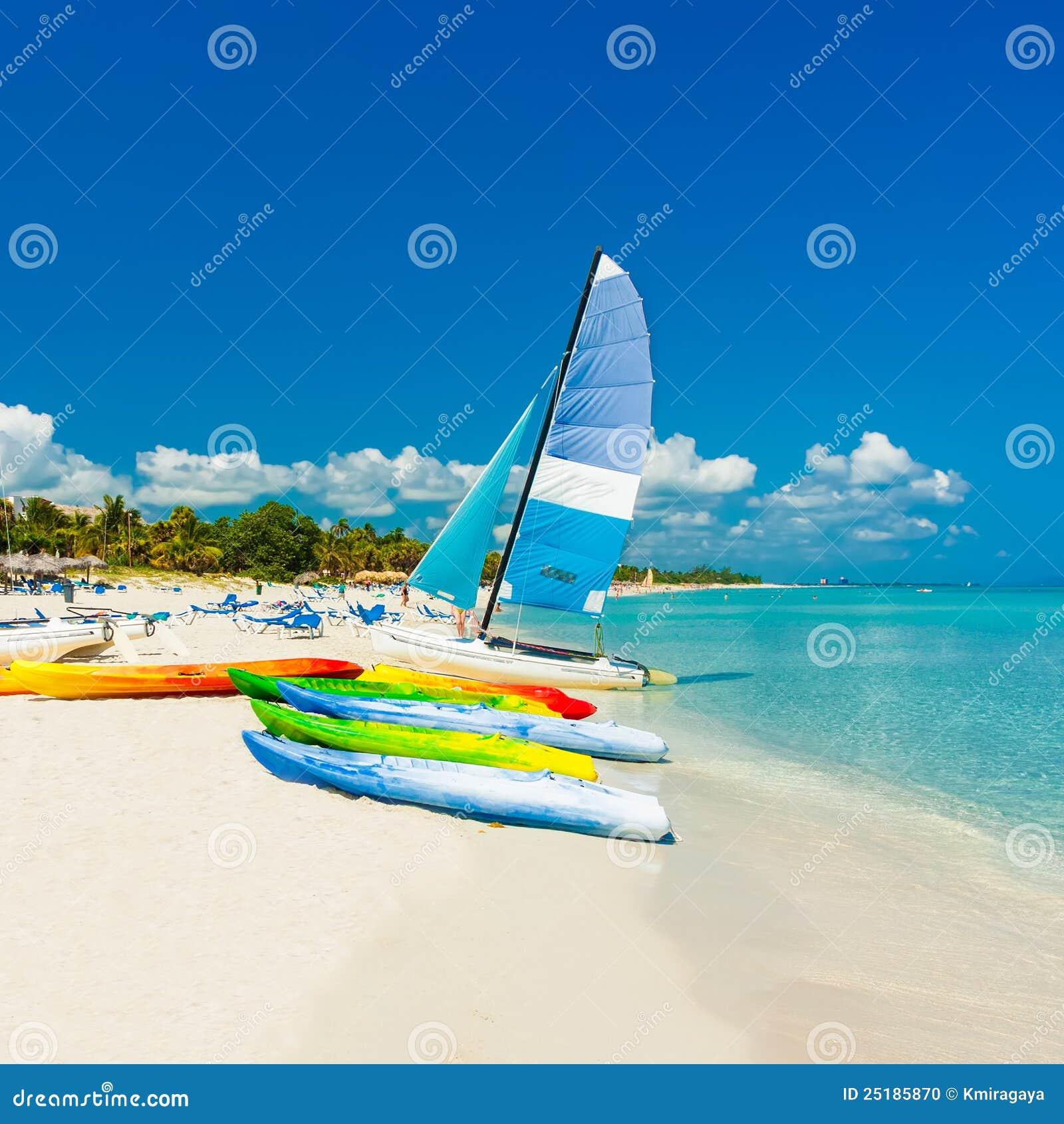 Bateaux sur une plage tropicale au Cuba