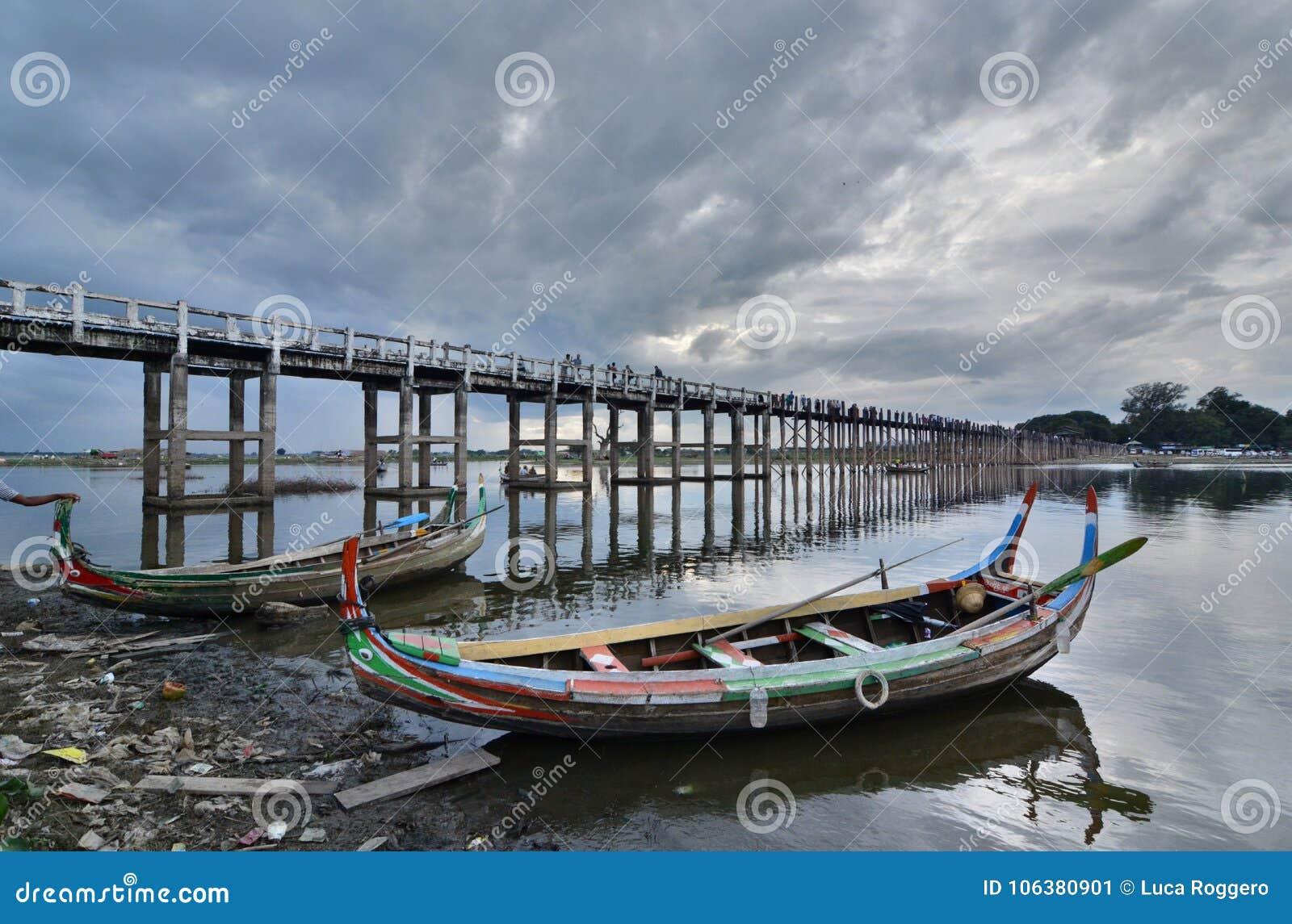 Bateaux traditionnels au pont d U Bein Amarapura Région de Mandalay myanmar
