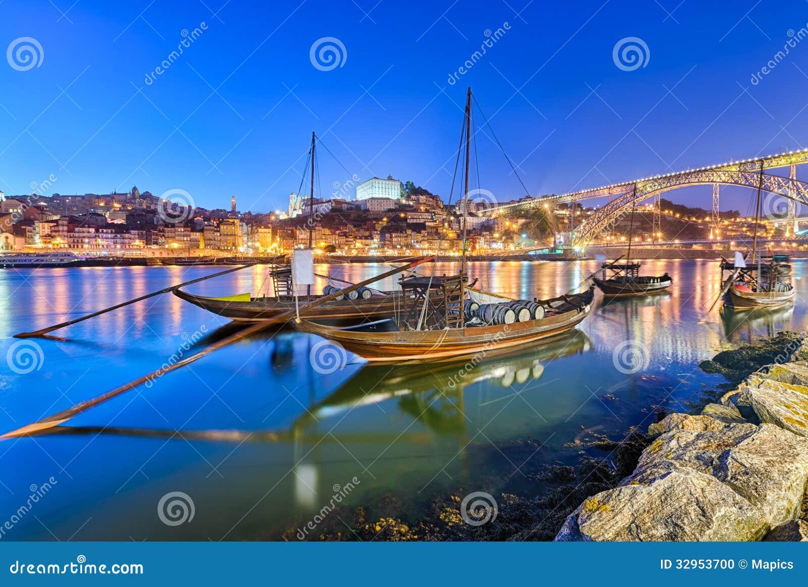 Bateaux traditionnels de transport de vin de port à Porto, PO