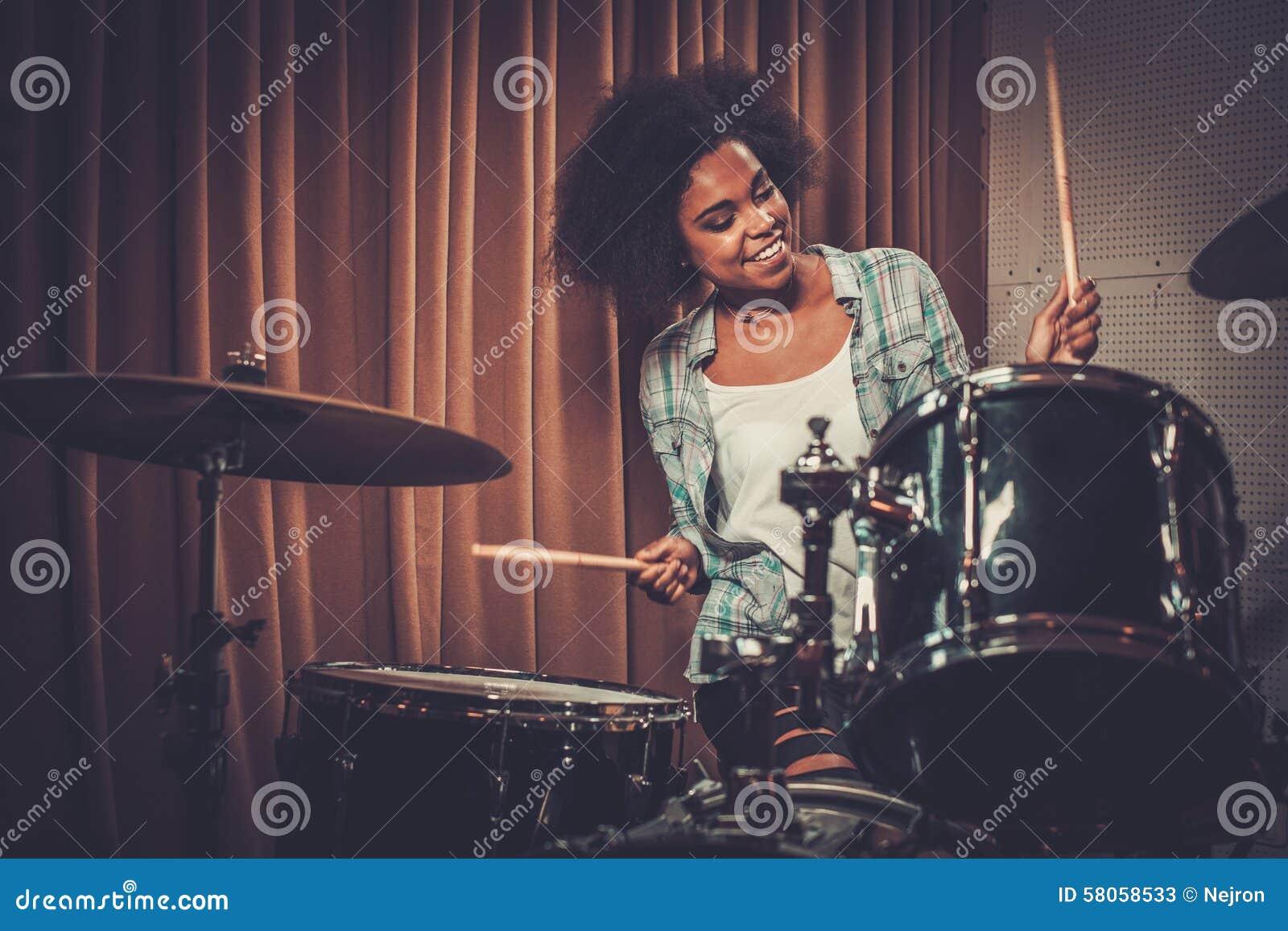 Bater a de la mujer negra foto de archivo imagen 58058533 - Bater roca precios ...