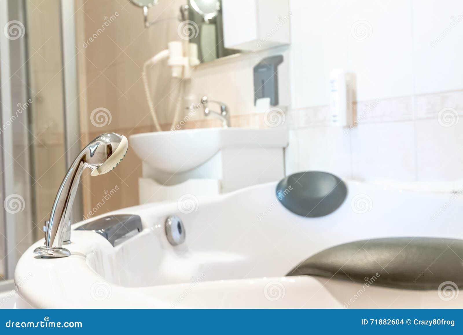 Bathtube De Jacuzzi Dans La Salle De Bains, La Maison Ou L ...