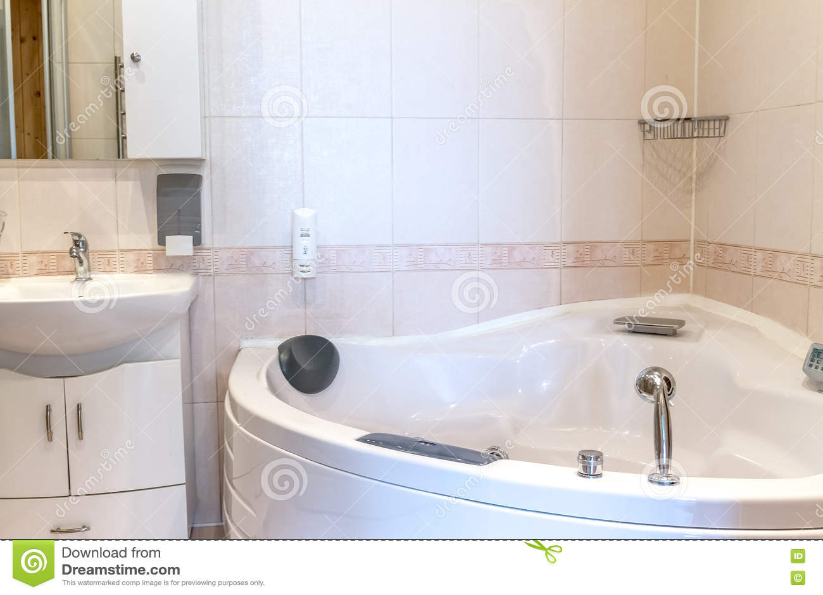 Bathtube De Jacuzzi Dans La Salle De Bains, La Maison Ou L\'hôtel ...