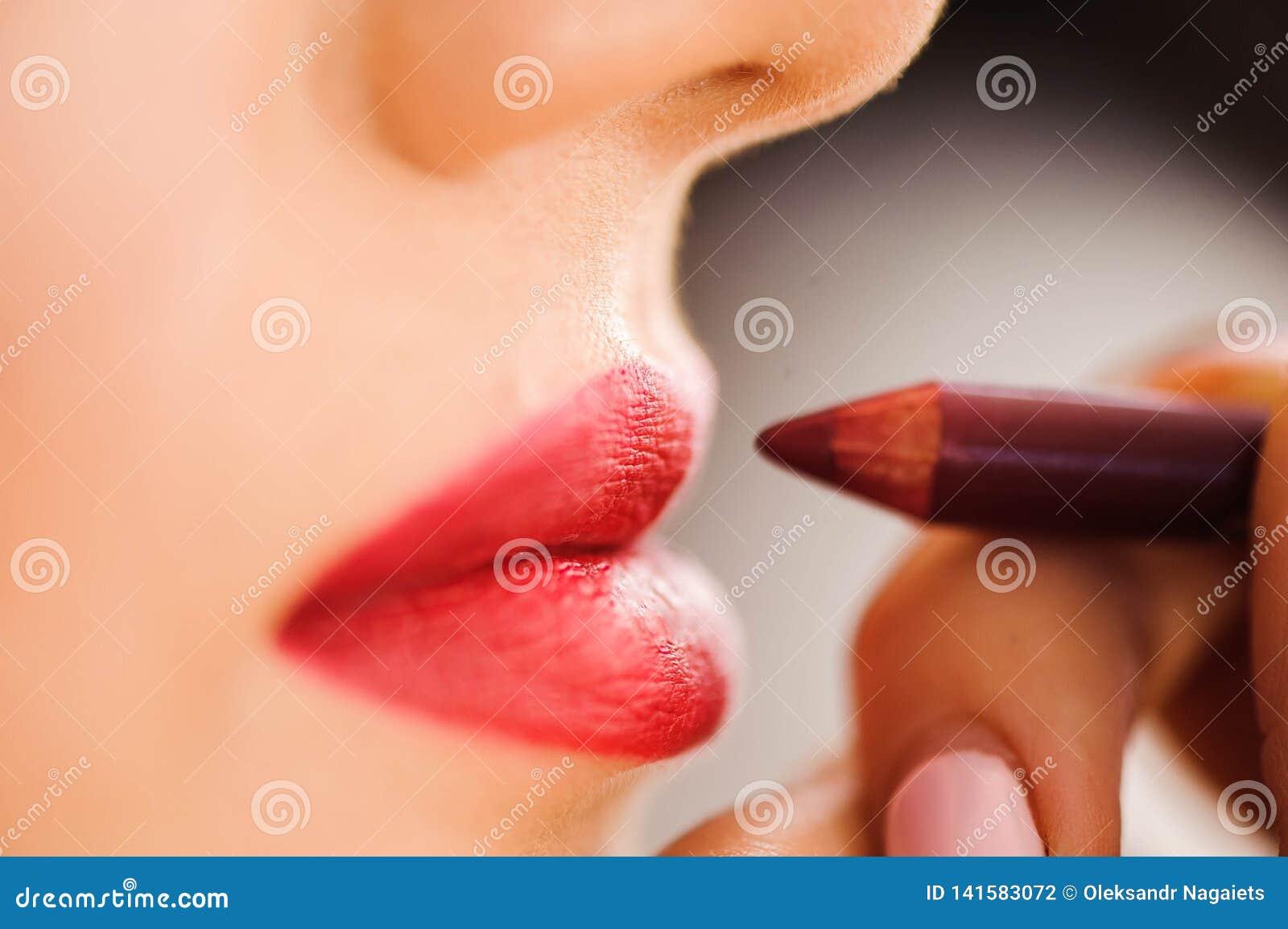 Batom vermelho Close up da cara da mulher com Matte Lipstick On Full Lips vermelho brilhante Cosméticos da beleza, conceito da co