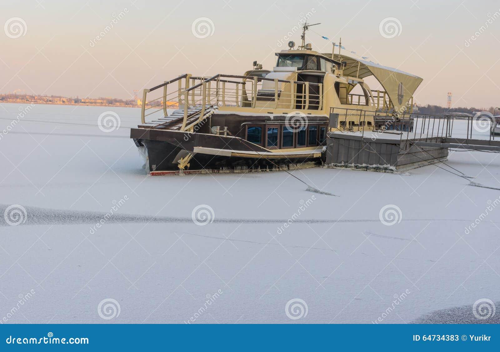 Battello da diporto congelato dentro su un fiume di Dnepr