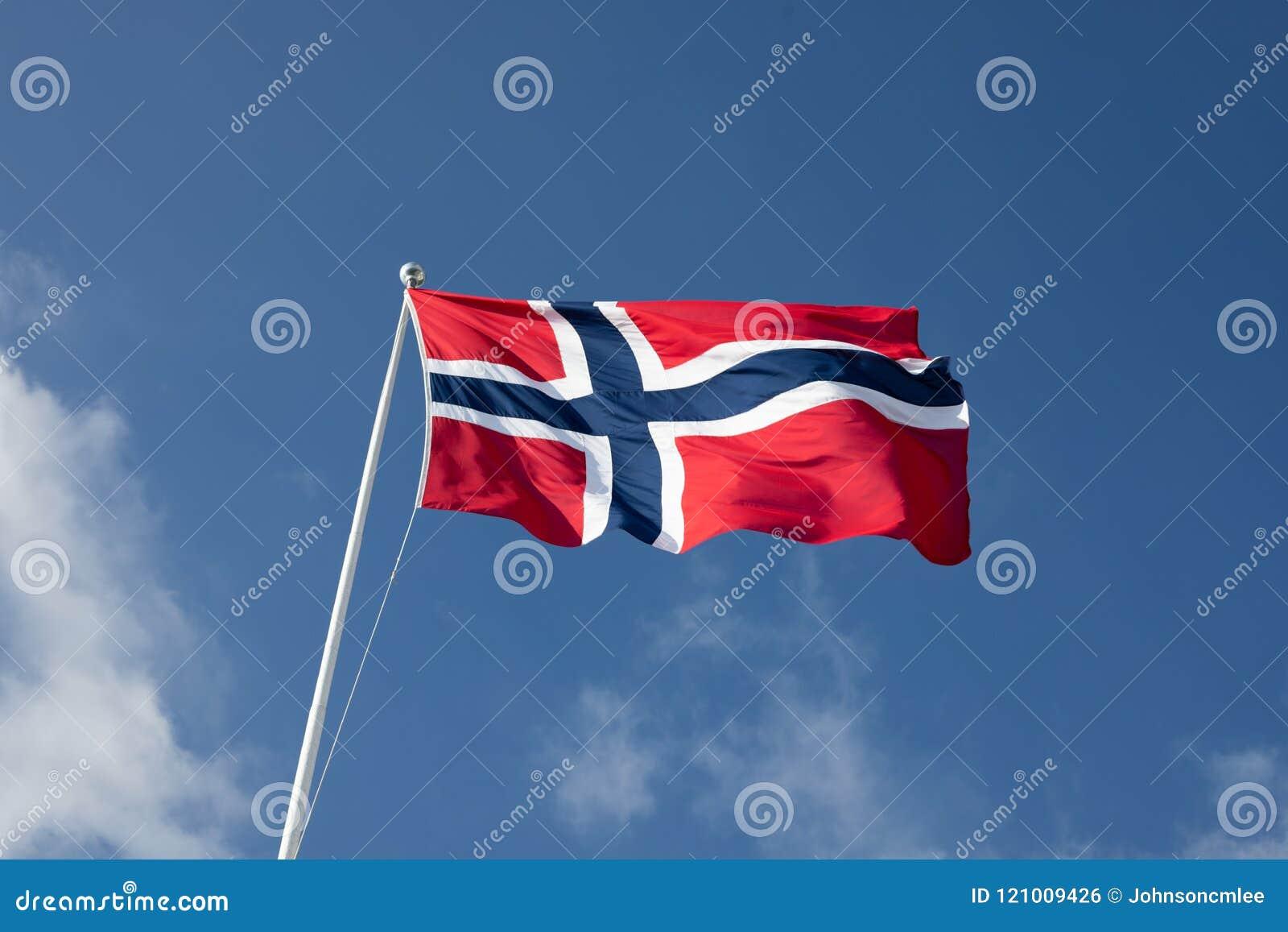 Battement norvégien de drapeau en ciel bleu clair