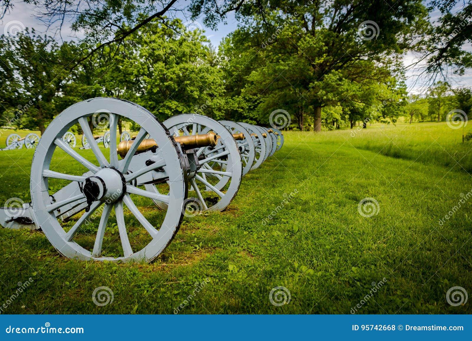 Batteria dei cannoni pronti a difendere la forgia della valle