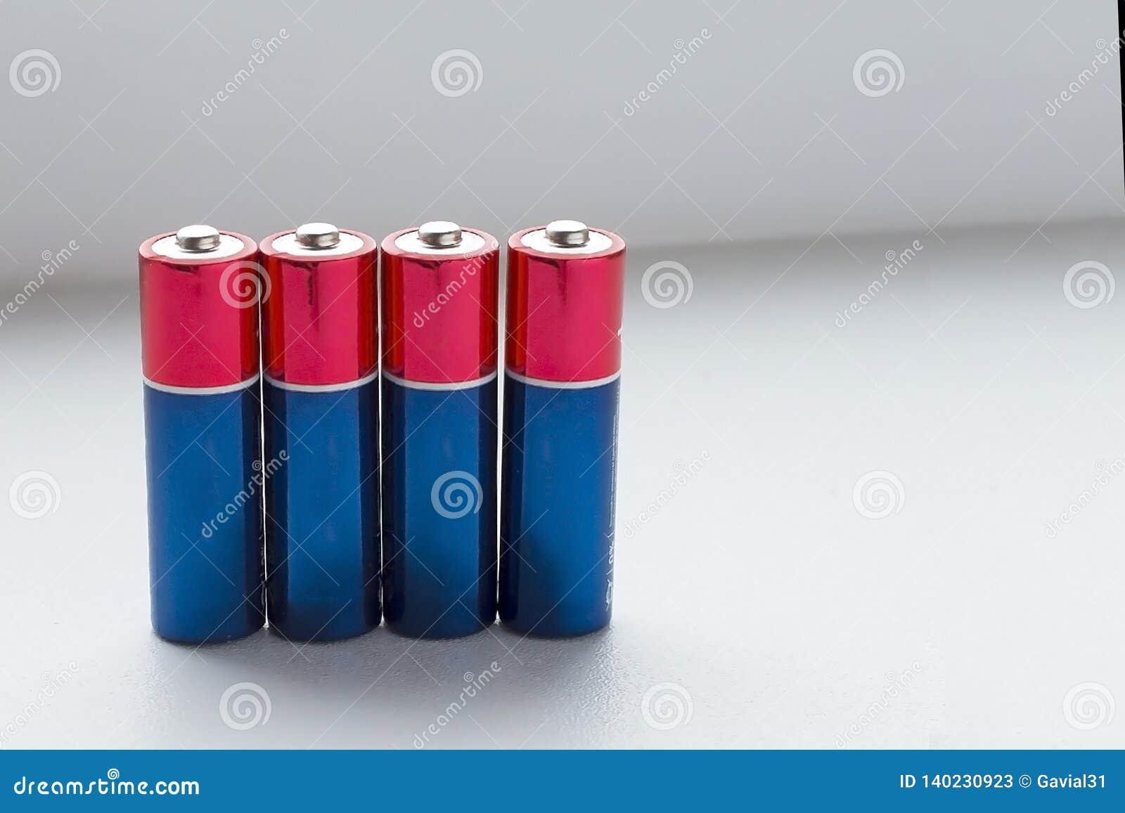 Batterien auf einem weißen Hintergrund Kopieren Sie Platz