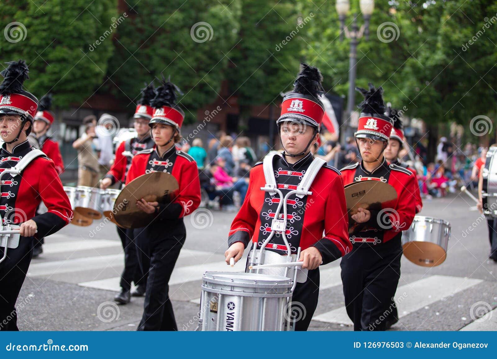 Batteur adolescent au défilé