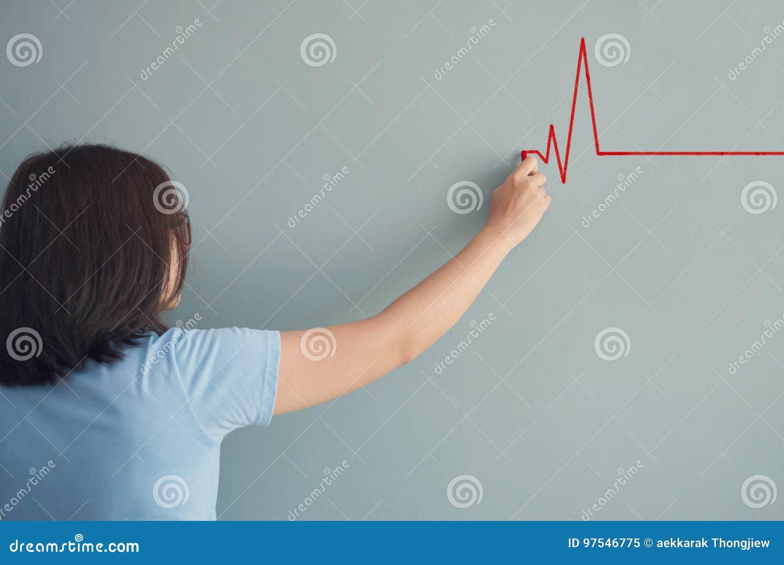 Battito cardiaco del disegno della donna con gesso rosso sulla parete