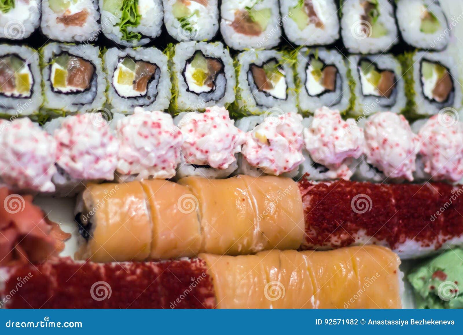 Battitore dei sushi sui precedenti della tavola