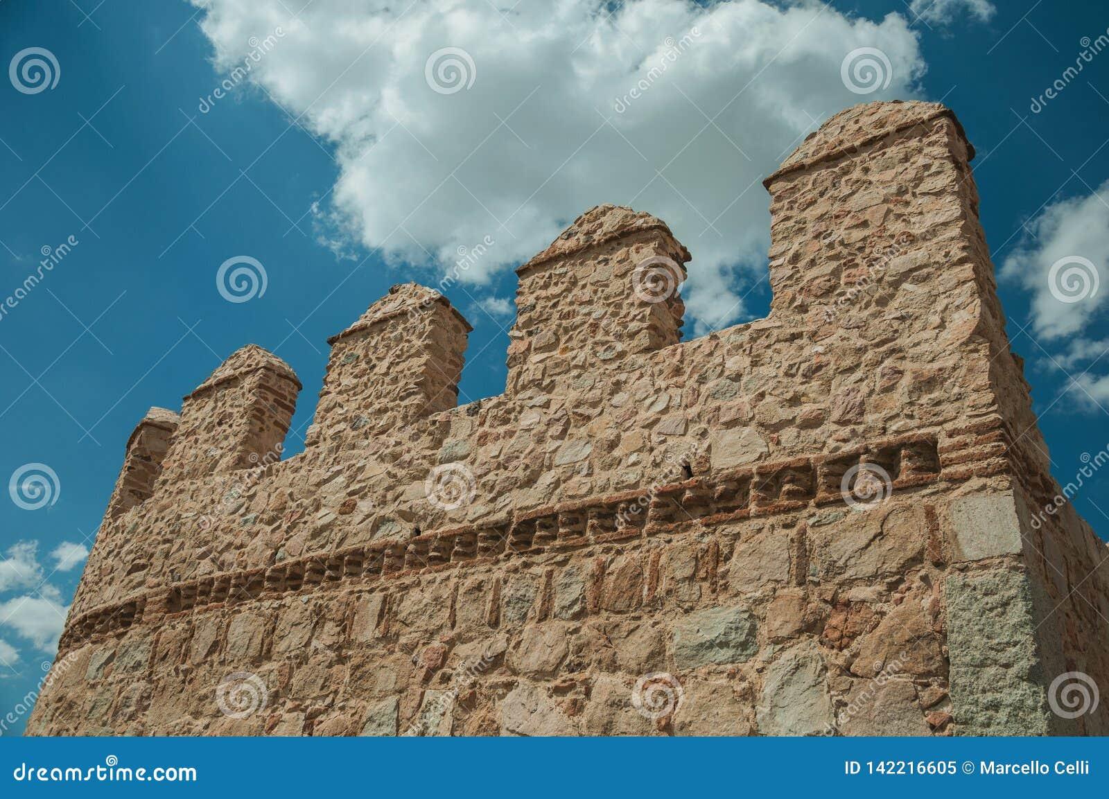 Battlement nad kamienną ścianą okrąża miasteczko przy Avila