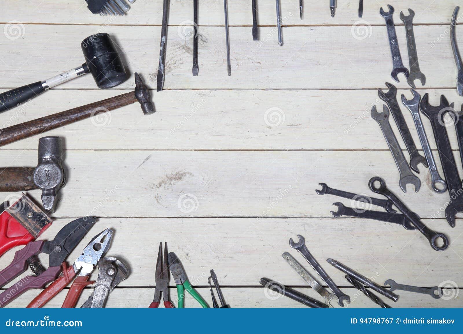 Bau hämmert Schraubenzieherreparatur-Werkzeugzangen auf den Brettern