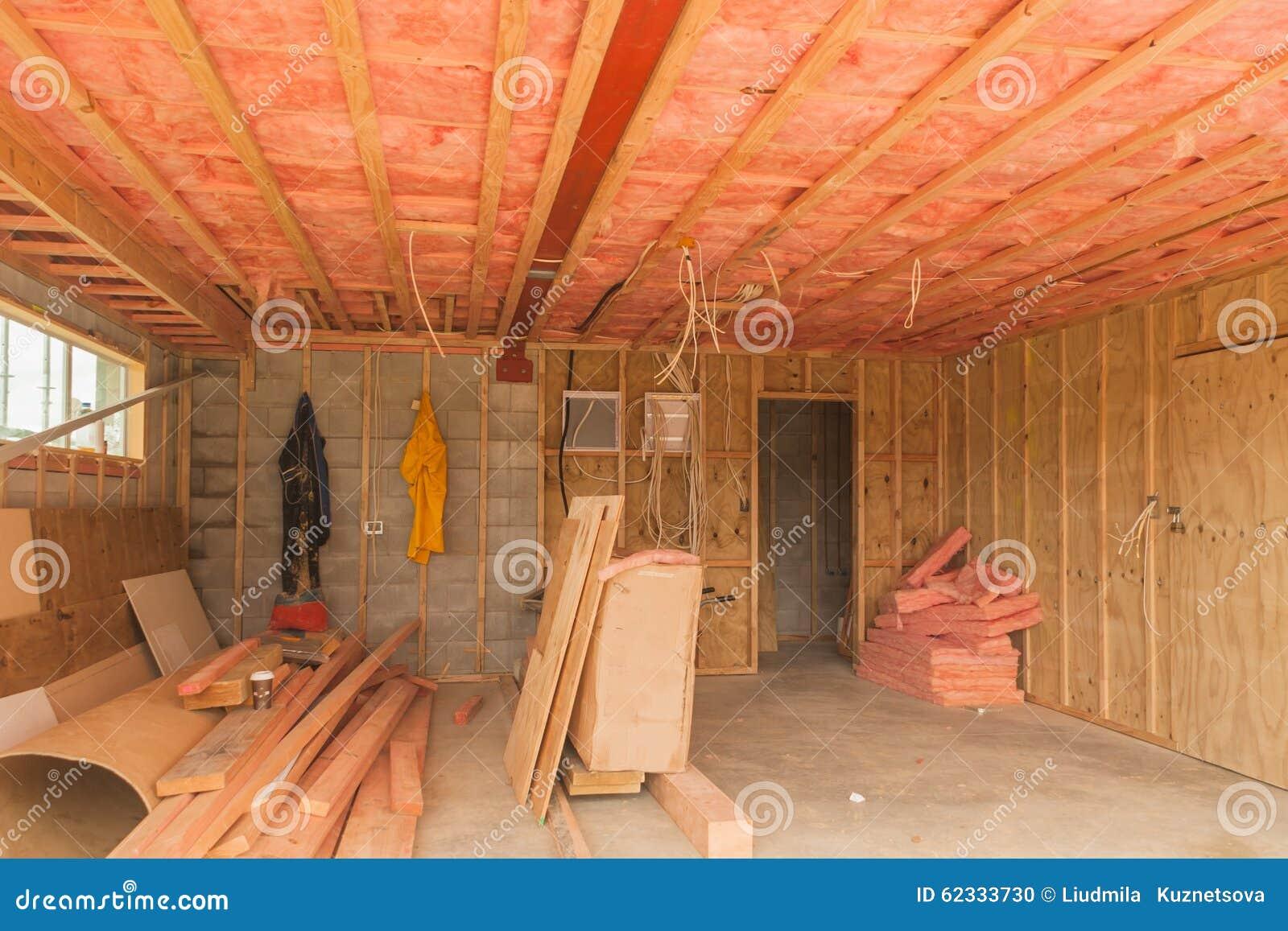 Bau, Isolierung der Decke in der Garage