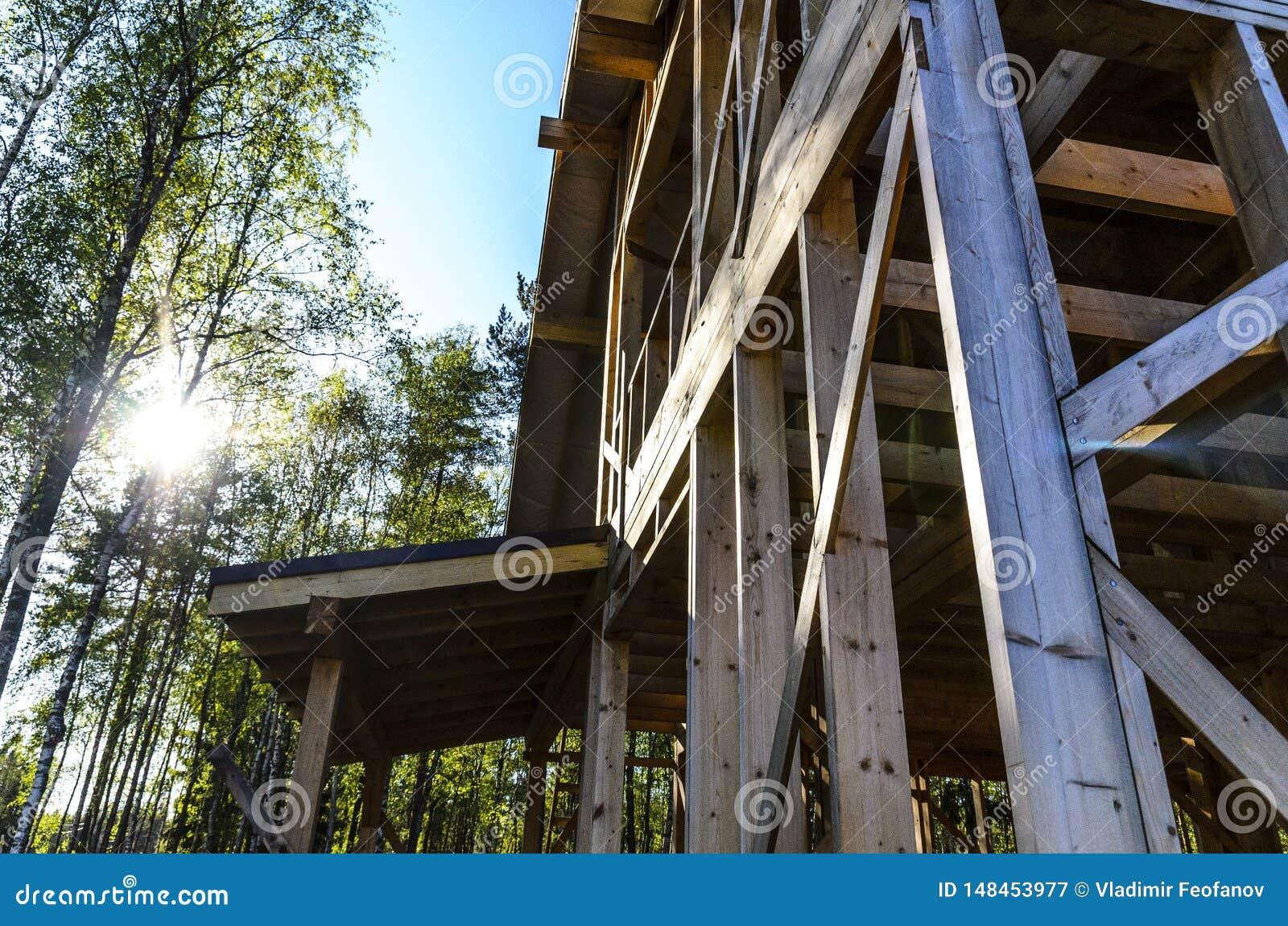 Bau und Reparatur eines privaten Rahmenhauses des Landes, der Natur und der Harmonie