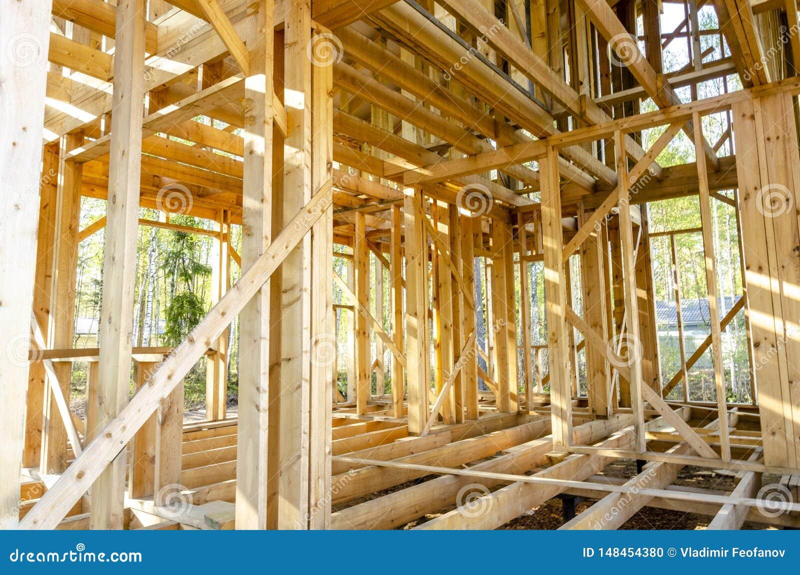 Bau und Reparatur eines privaten Rahmenhauses des Landes
