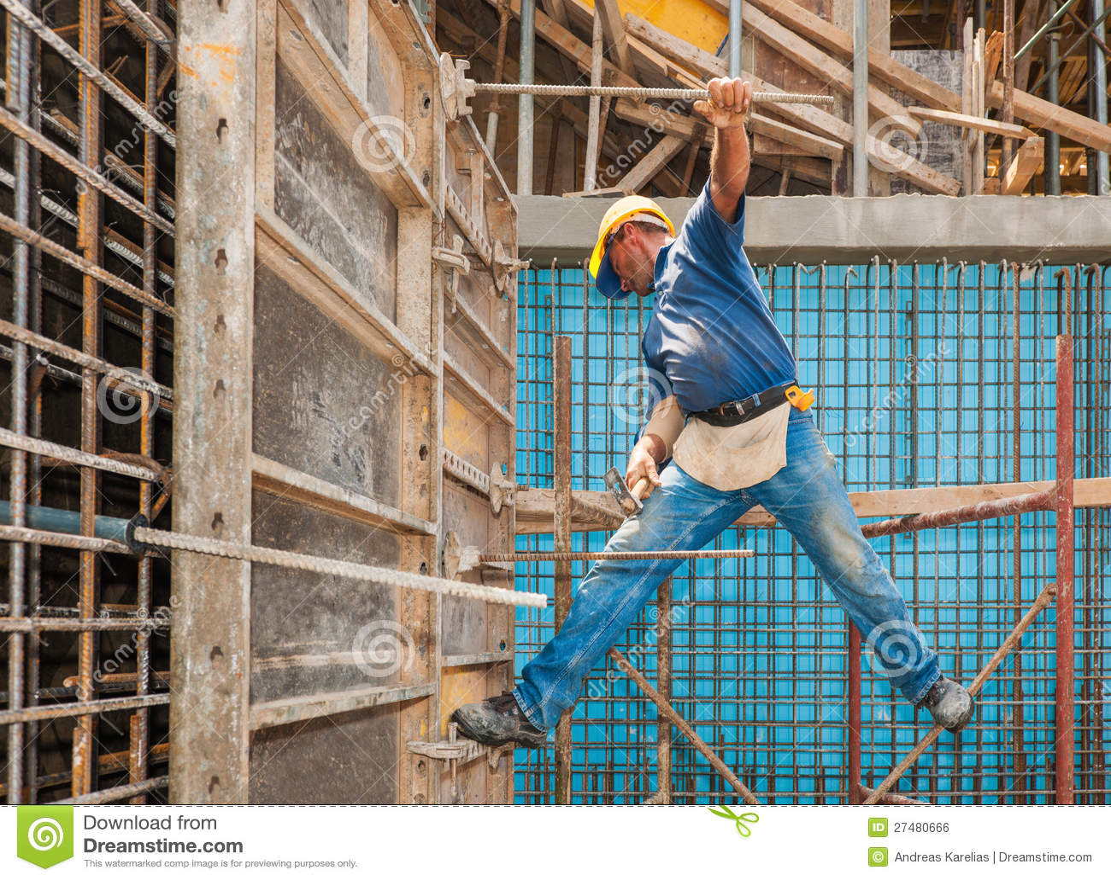 Bauarbeiter auf Gestell und Verschalung
