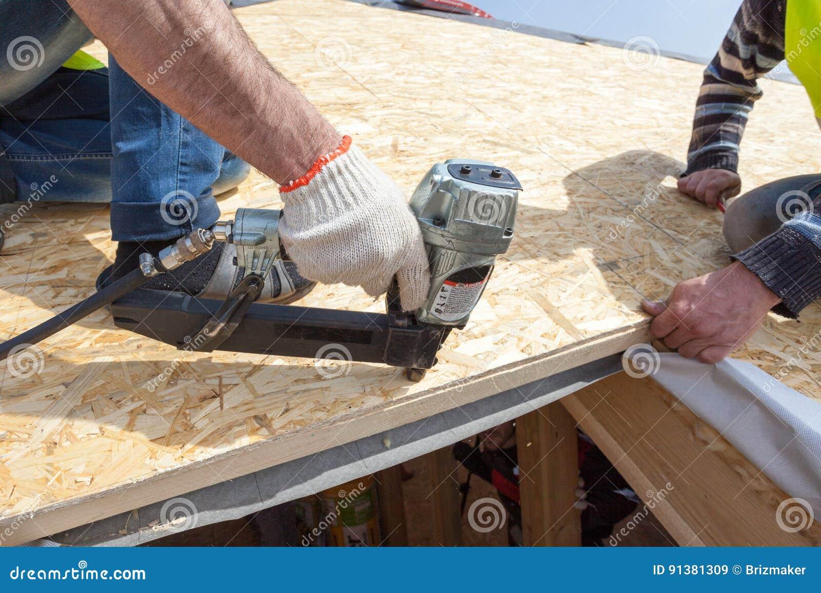 Bevorzugt Bauarbeiter, Der Nagelgewehr Verwendet, Um OSB-Platte Osb Zu KX46
