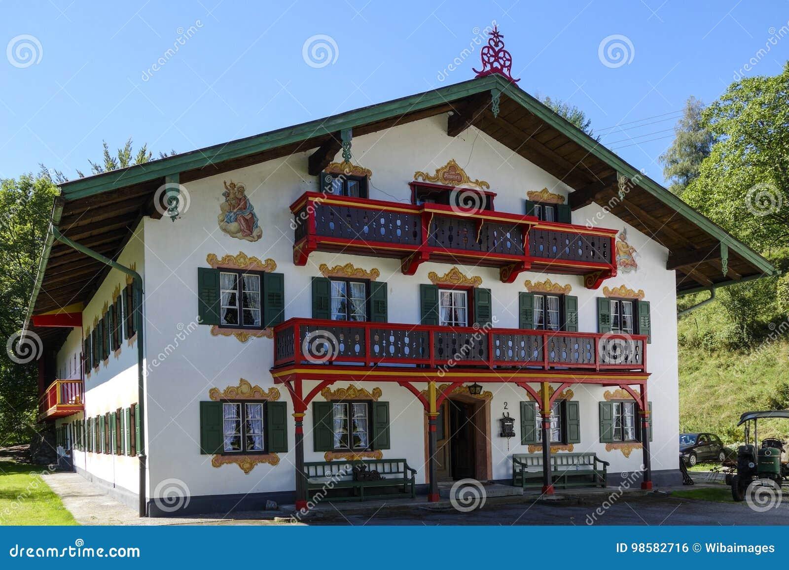 Bauernhaus Bayern bauernhaus in kochel morgens sehen, bayern redaktionelles foto