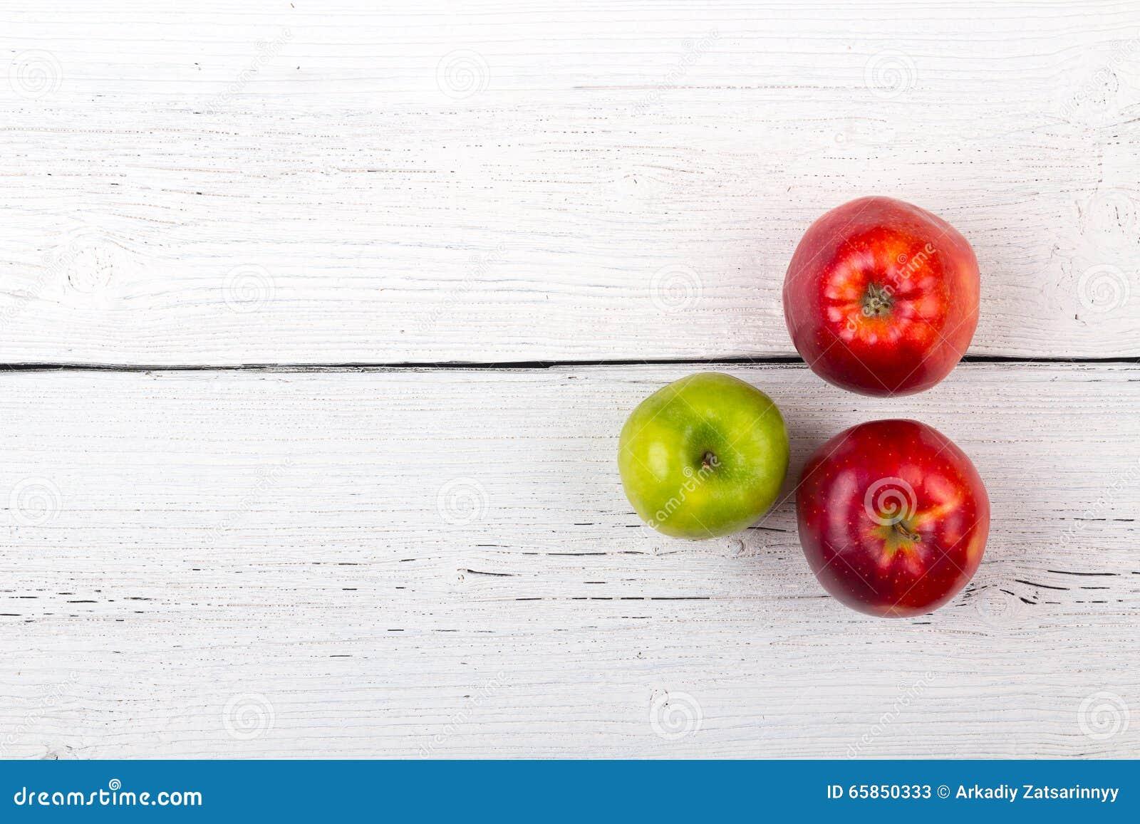 Baumäpfel auf einer weißen Holzoberfläche