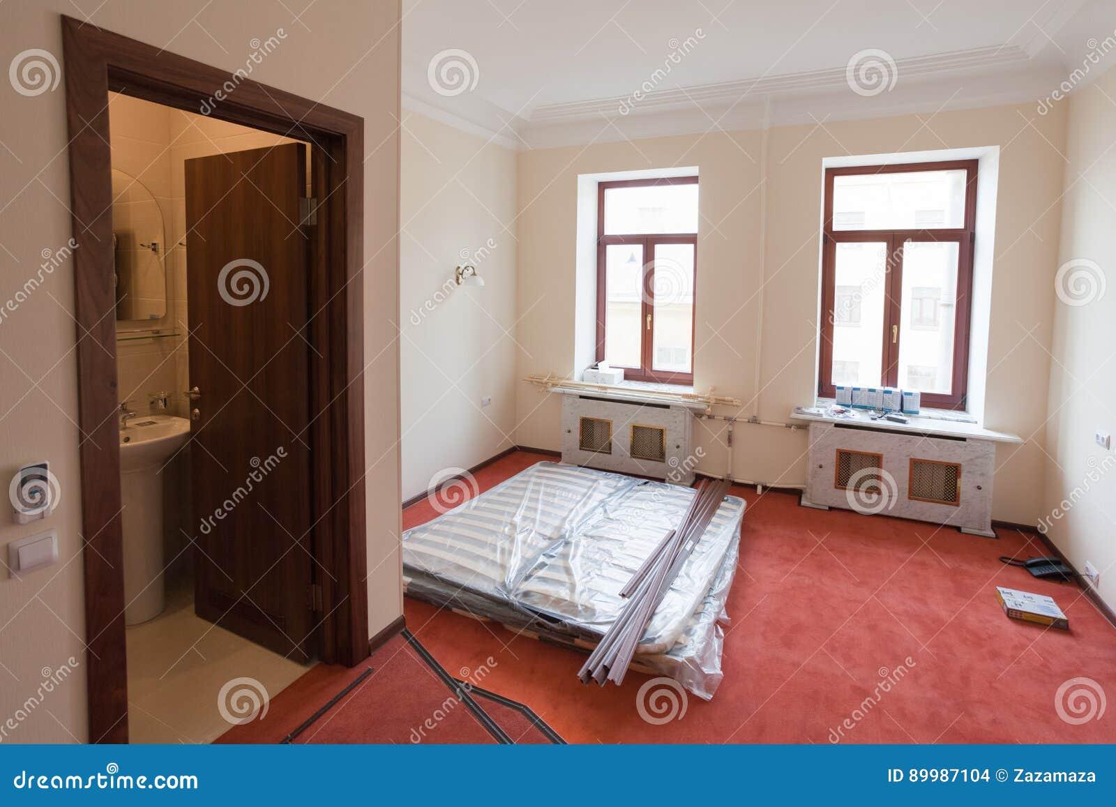 Baumaterialien Mobel Und Telefon Sind Auf Dem Boden Der Wohnung Im