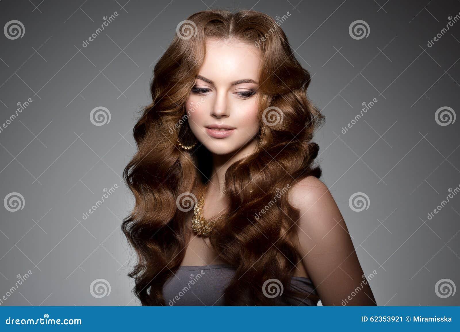 Baumuster mit dem langen Haar Wellen-Locken-Frisur Schönheits-Frau mit dem langen gesunden und glänzenden glatten schwarzen Haar