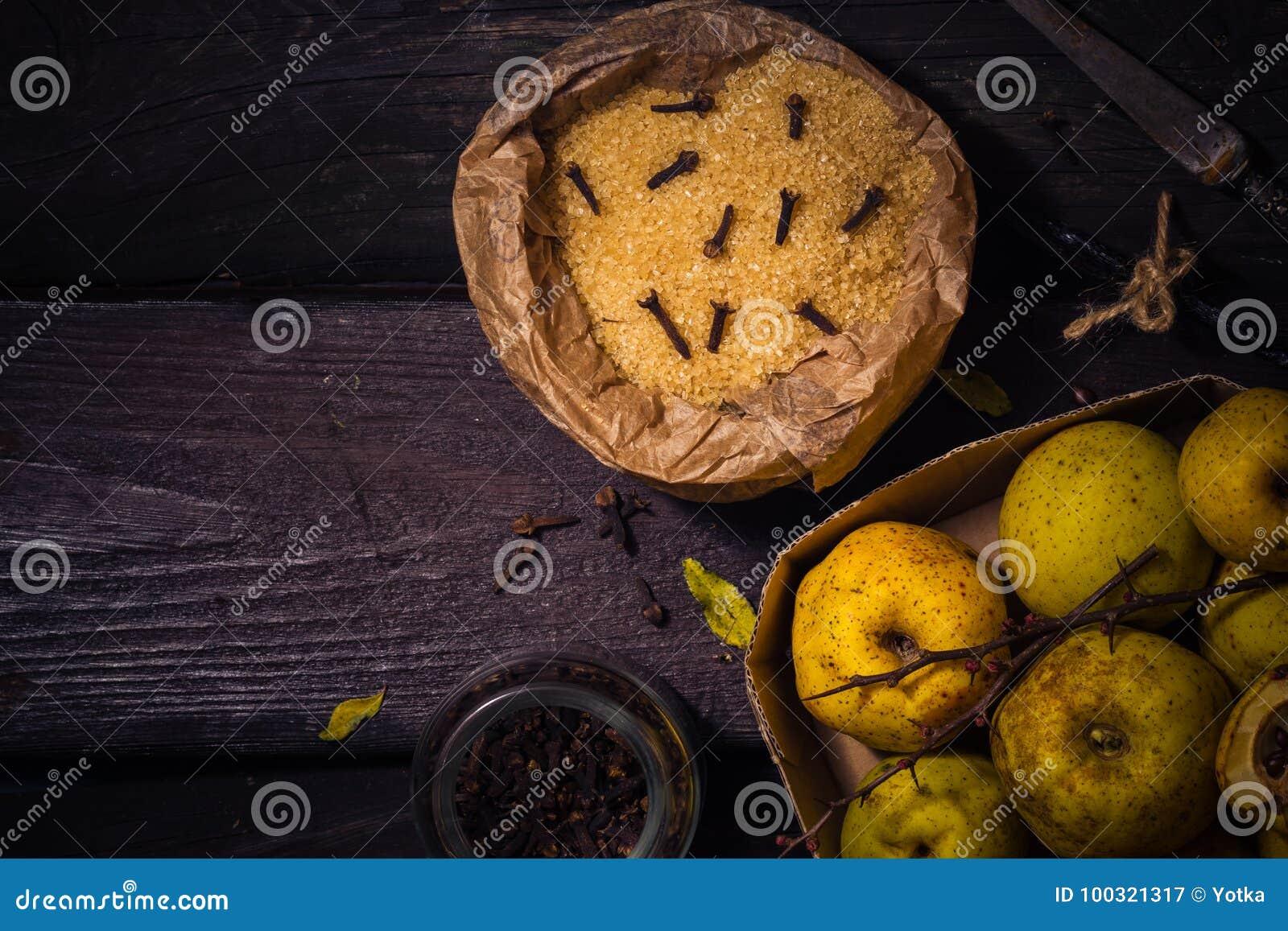 Baunilha w dos cravos-da-índia do açúcar do marmelo dos galhos dos frutos das tinturas dos ingredientes