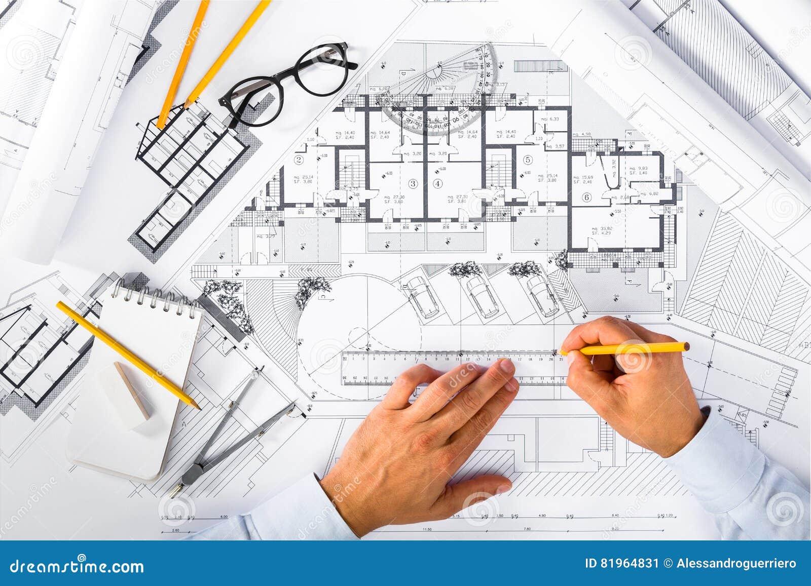 Bauplane Und Manneshande Die Auf Plane Zeichnen Stockbild Bild