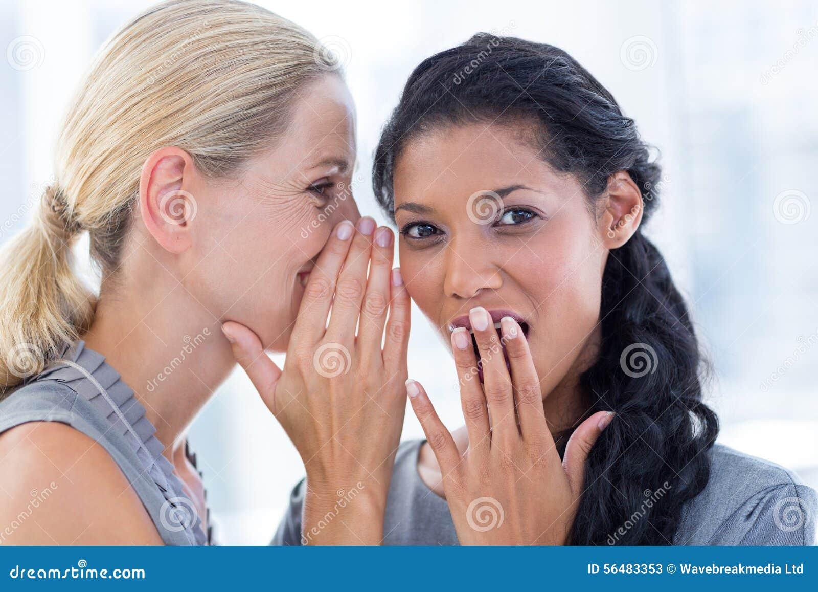 Bavardage de chuchotement de femme d affaires à son collègue