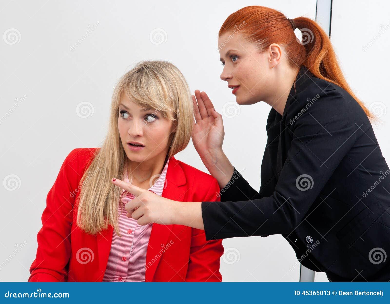 Bavardage de deux colegues de femme dans le bureau