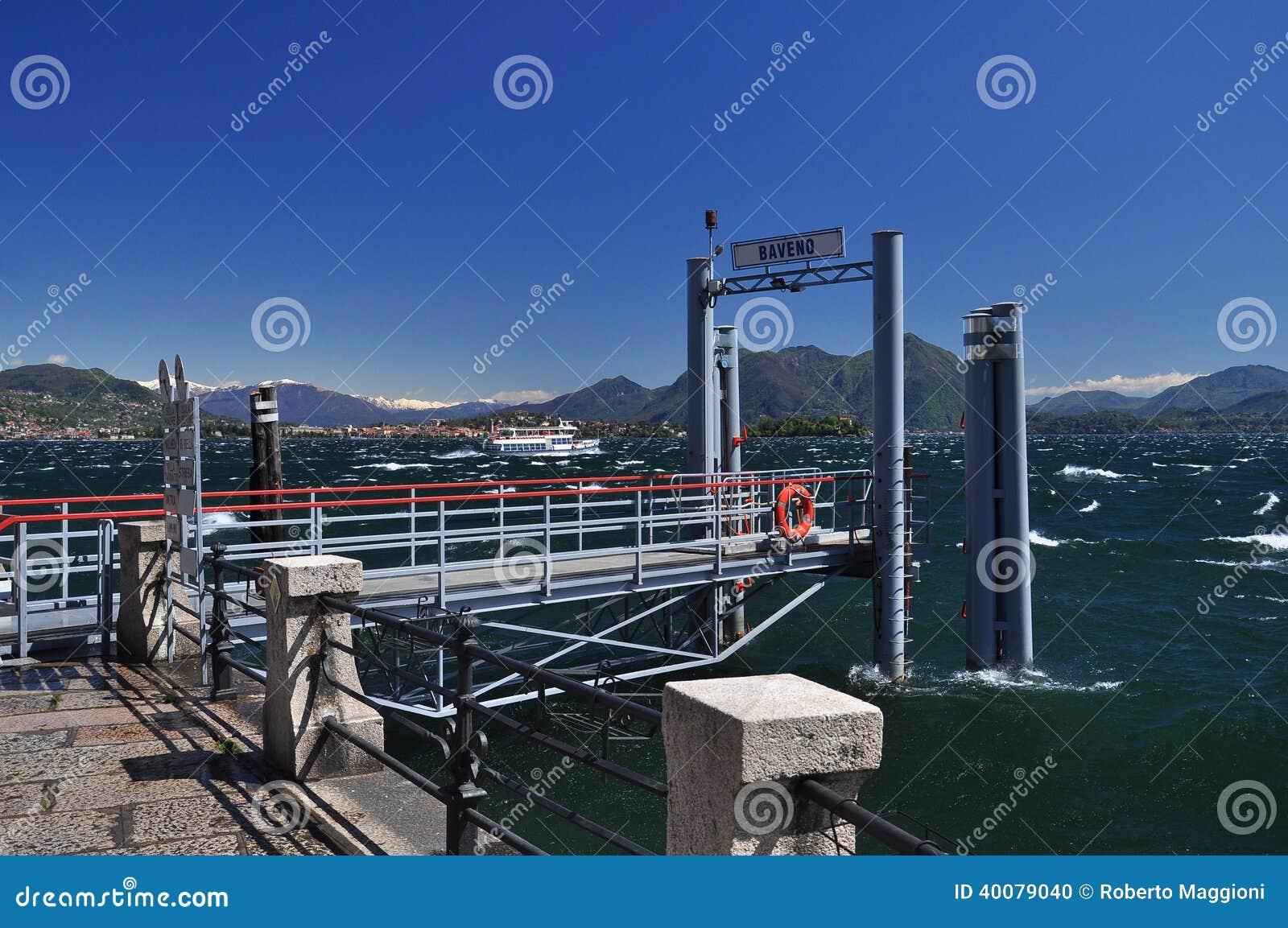 Baveno färjapir, sjö Maggiore. Blåsväder