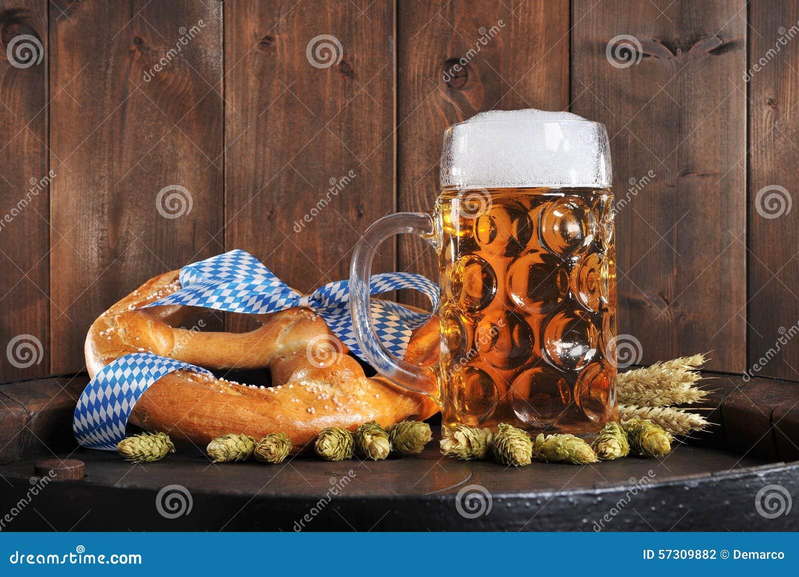 Bawarski Oktoberfest miękki precel z piwem