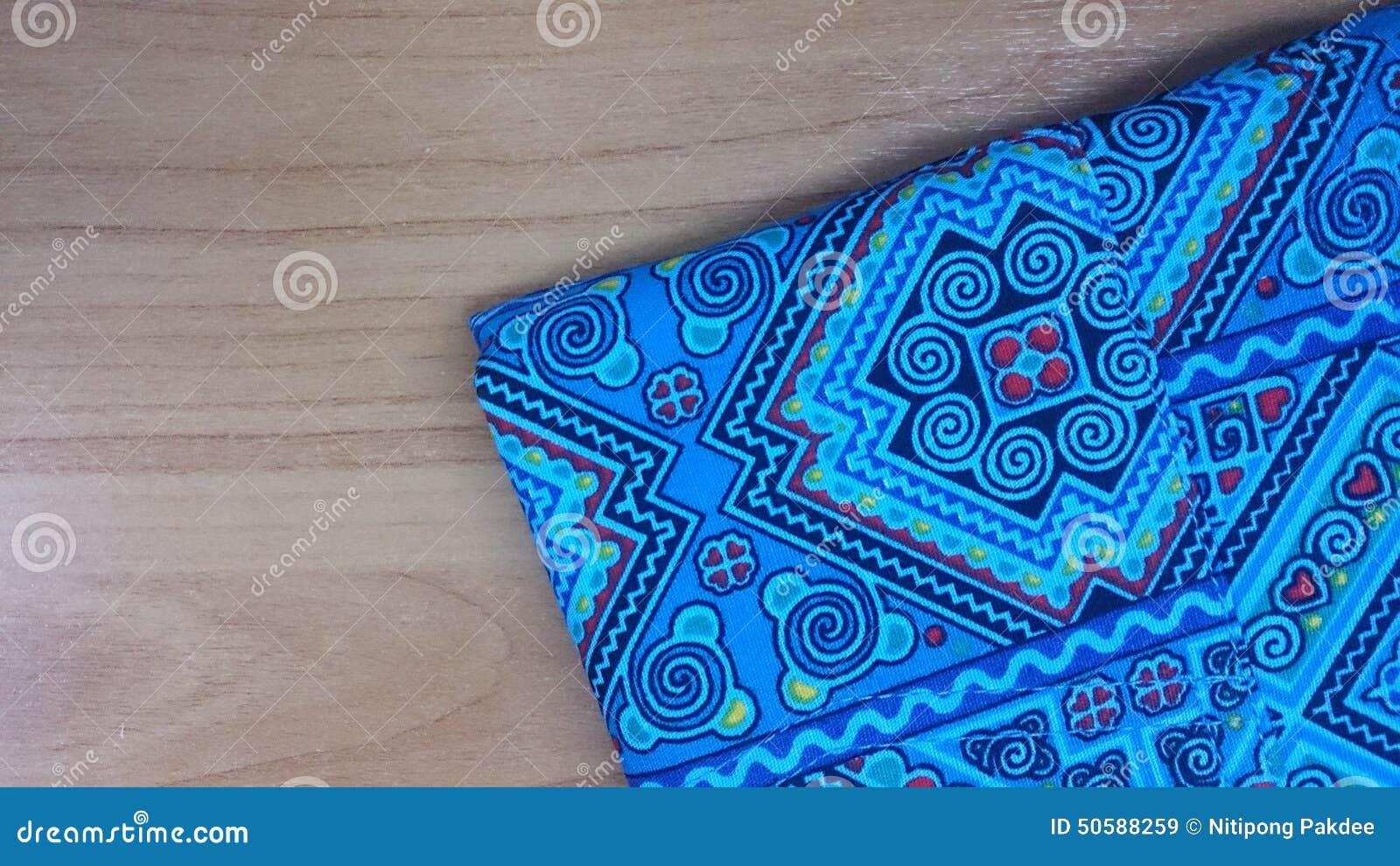 Bawełniana błękitna koszulowa szczegół tekstura na drewno stołu tle