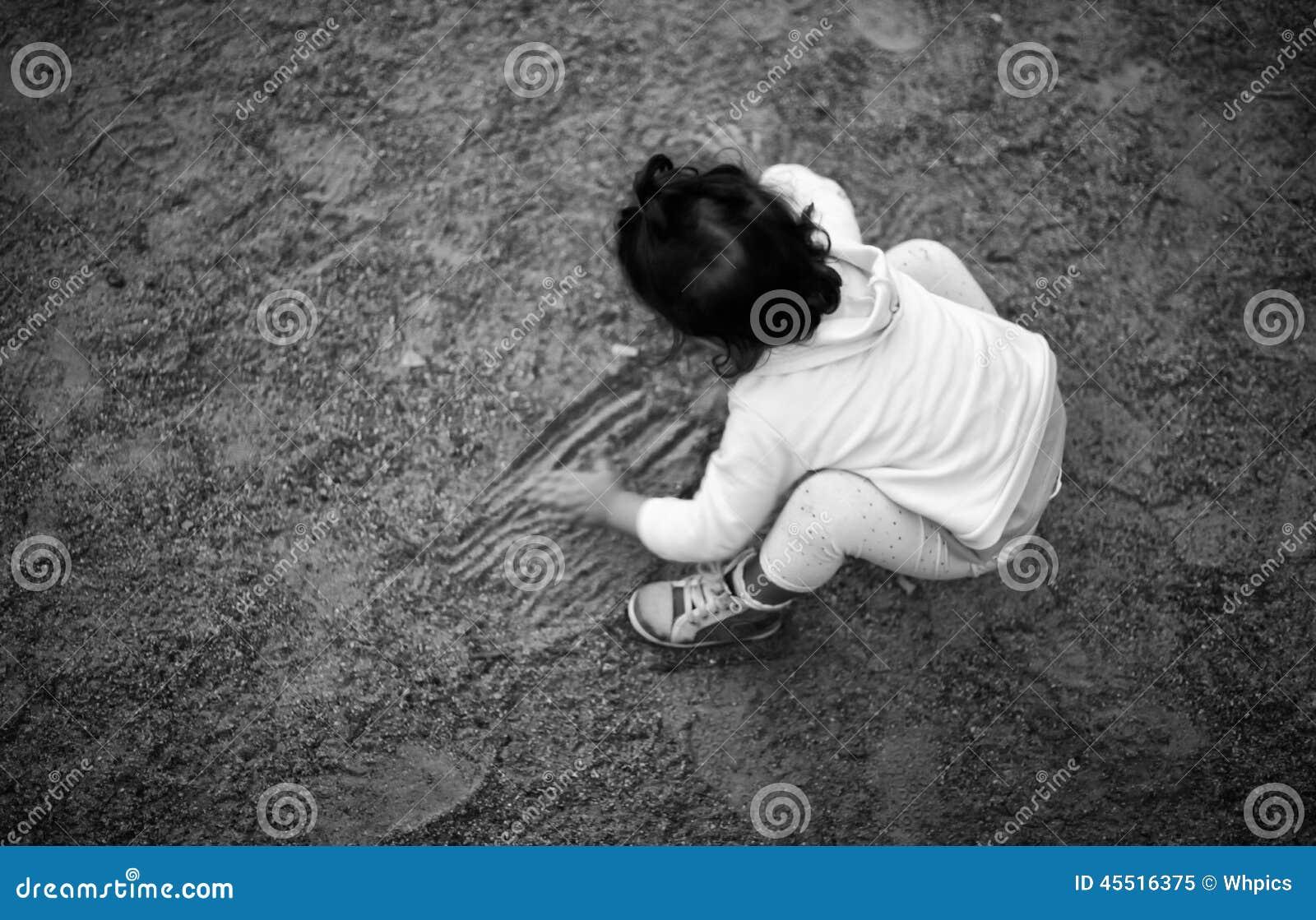 Bawić się na parkowym piasku