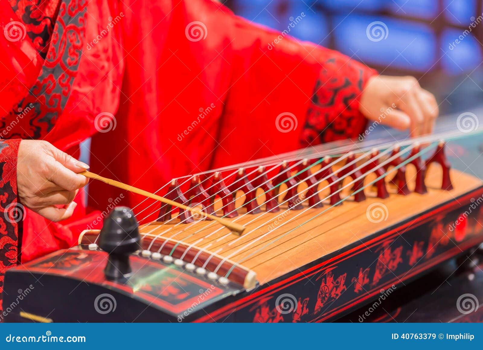 Bawić się nawleczonego instrument