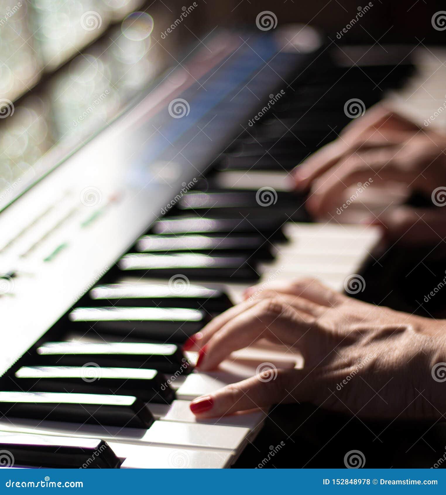 Bawić się piękną muzykę z klawiaturą