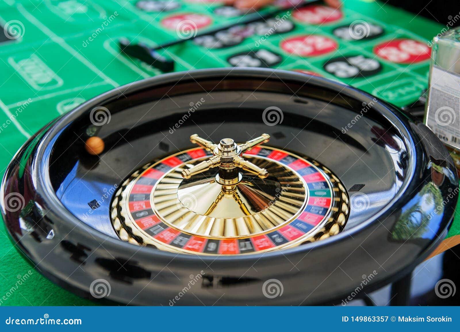 Bawić się ruletę w kasynie na zielonym stole