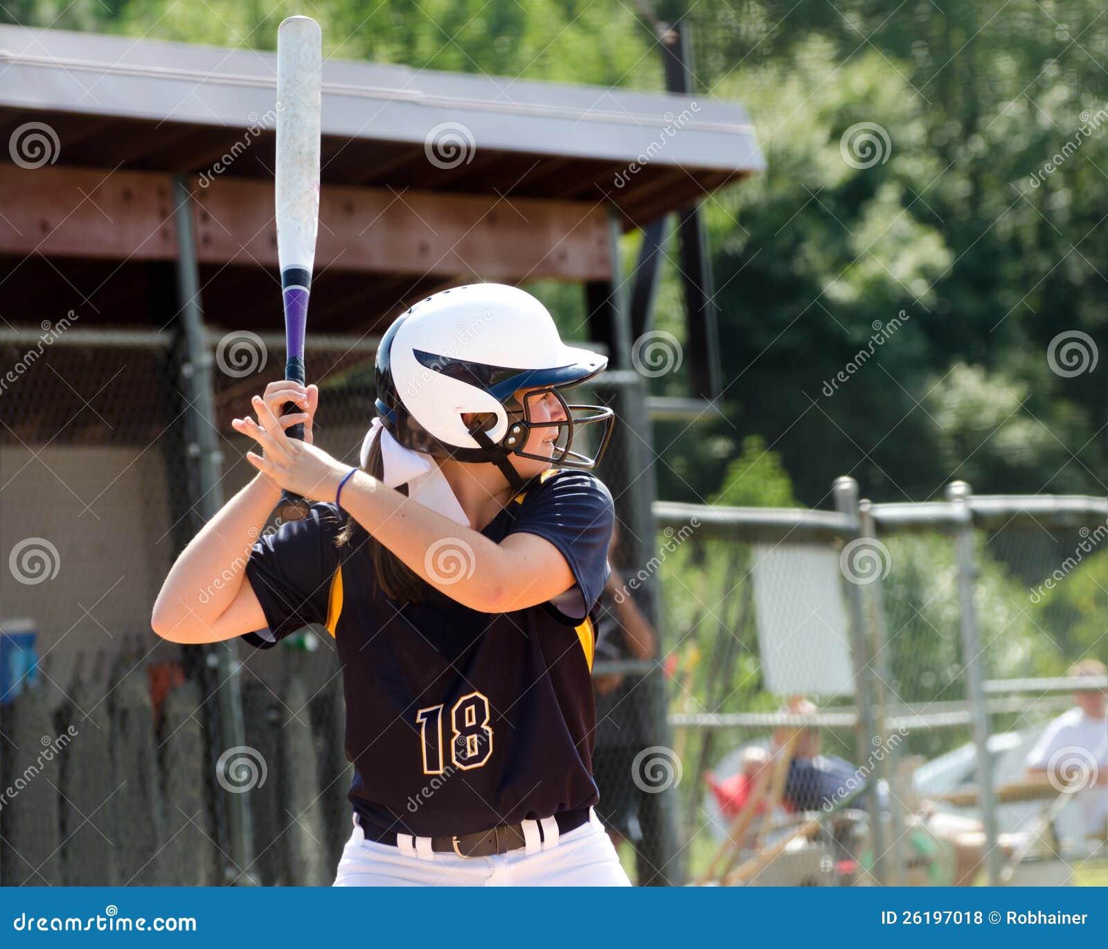 Bawić się softballa nastoletnia dziewczyna