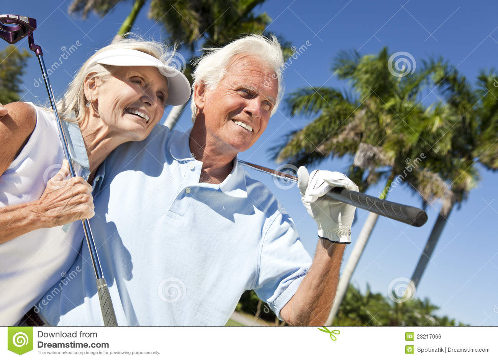 Bawić się starszej kobiety para mężczyzna golfowy szczęśliwy