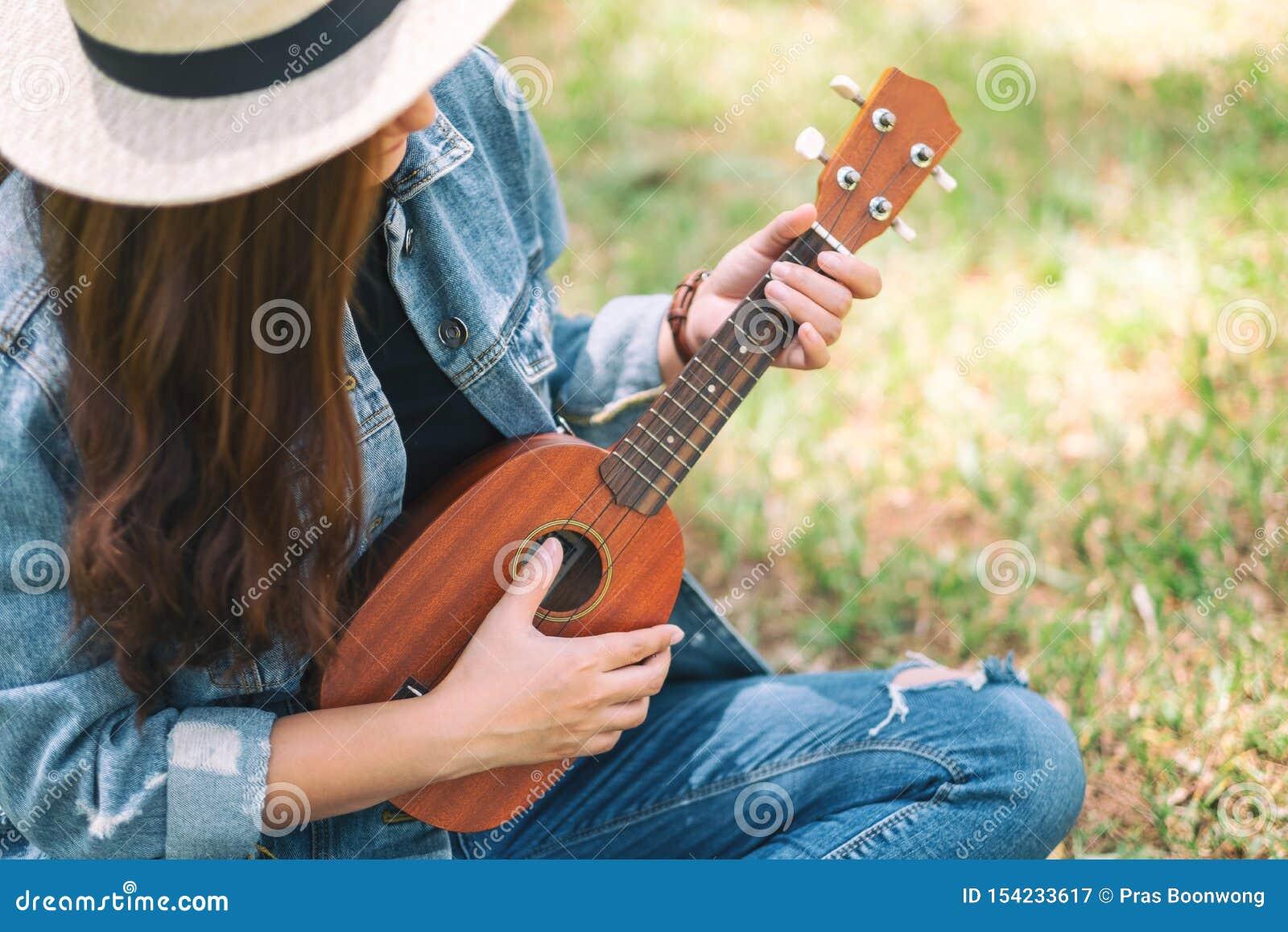 Bawić się ukulele i
