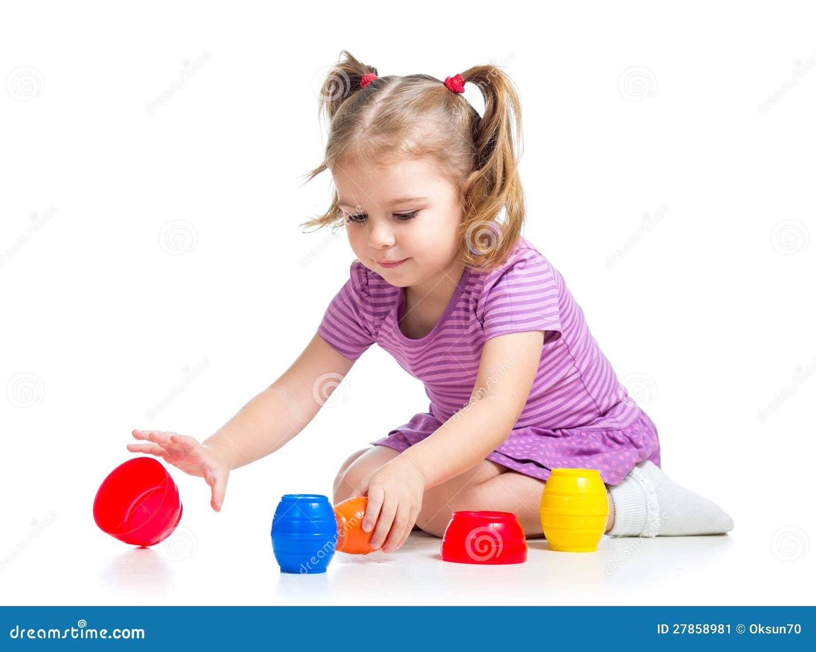 Bawić się z zabawkami dziecko śliczna dziewczyna