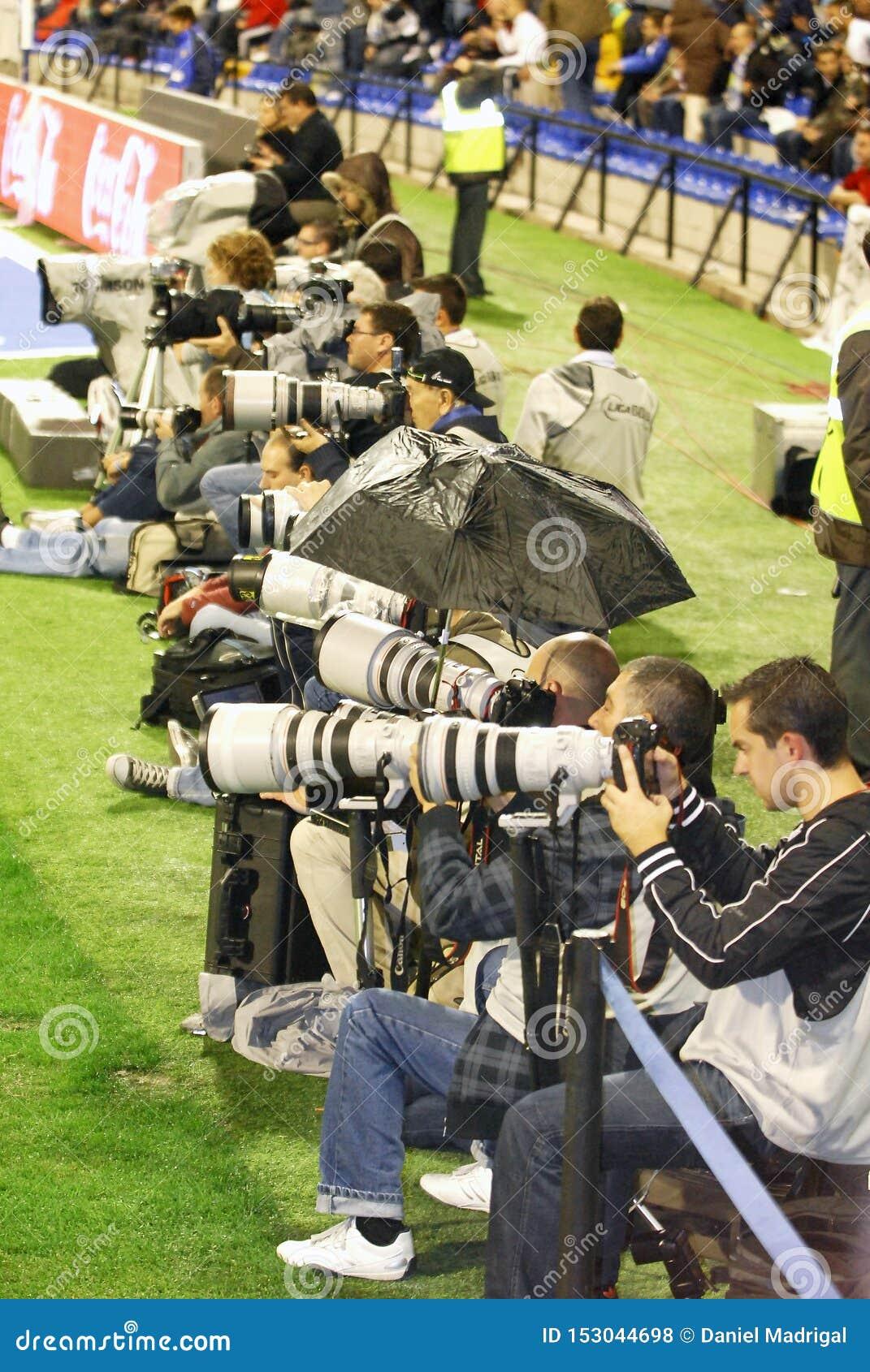 Bawi się fotografów pracuje przy meczem futbolowym przy Martinez Valero stadium