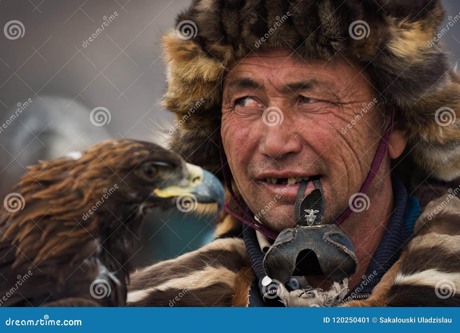 Bayan-Ulgii, Mongólia - 1º de outubro de 2017: Eagle Festival dourado Retrato de Mongolian desconhecido Hunter With Expressive Si
