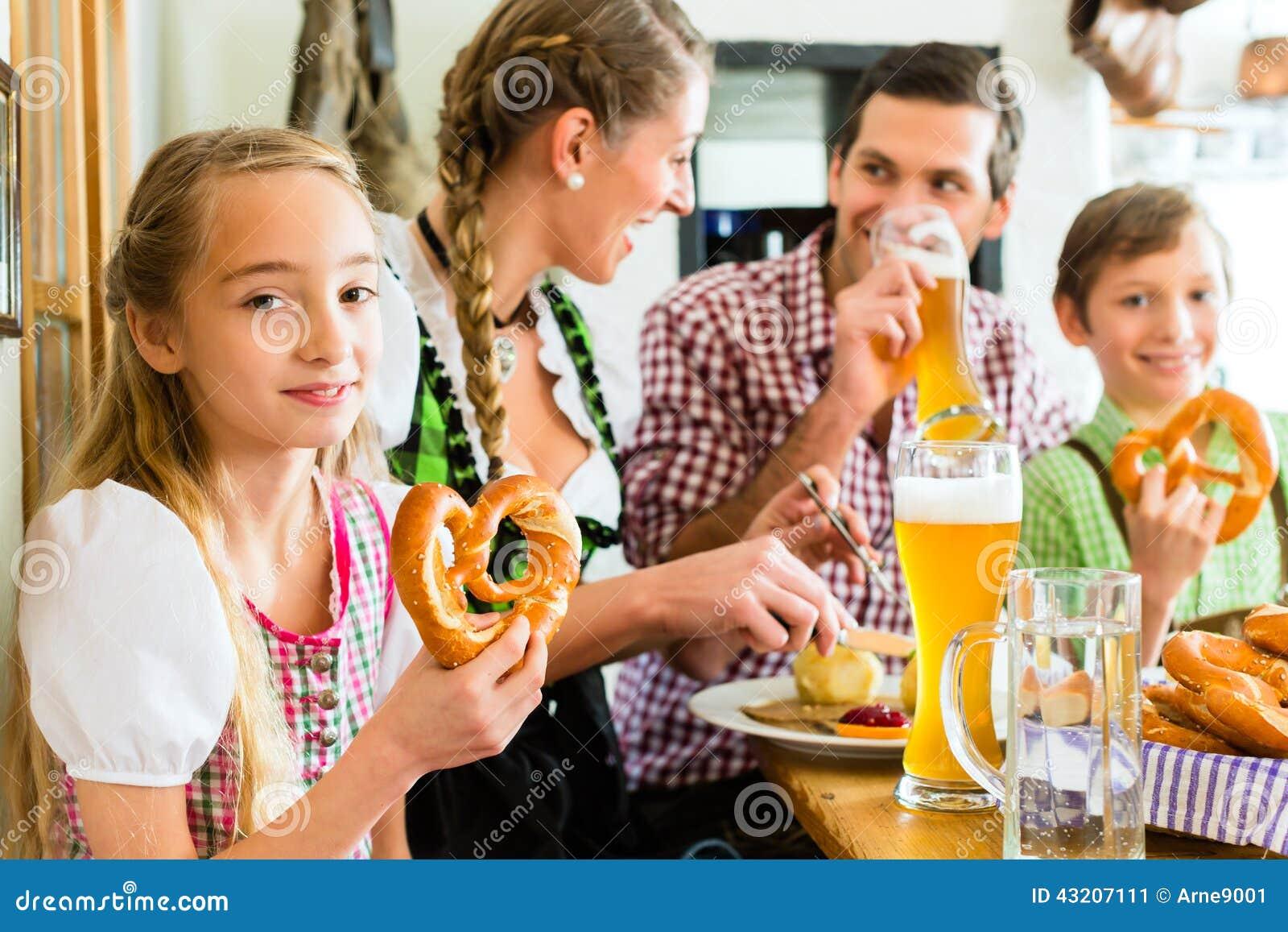 Download Bayersk Flicka Med Familjen I Restaurang Fotografering för Bildbyråer - Bild av lunch, tradition: 43207111