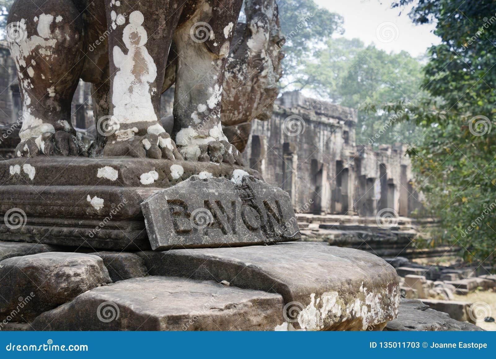 Bayon is opmerkelijk voor de 216 rustige en het glimlachen steengezichten op de vele torens die uit van het hoge terras en de clu