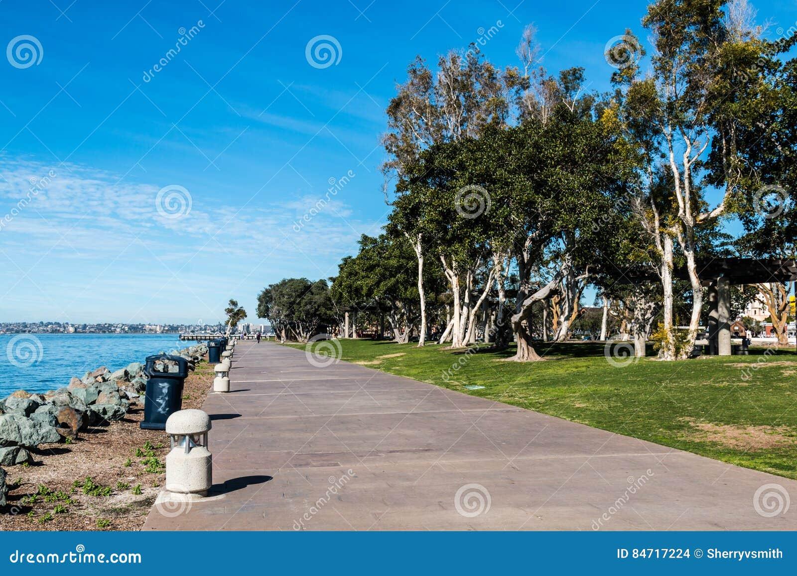 Bayside走道通过Embarcadero北部小游艇船坞的公园