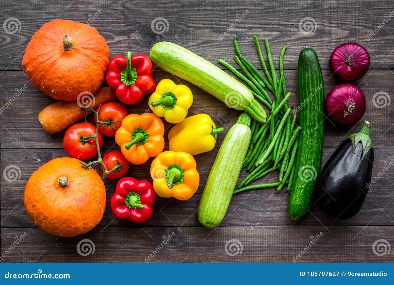 Baza zdrowa dieta Warzywa banie, papryka, pomidory, marchewka, zucchini, oberżyna na ciemnym drewnianym tło wierzchołku