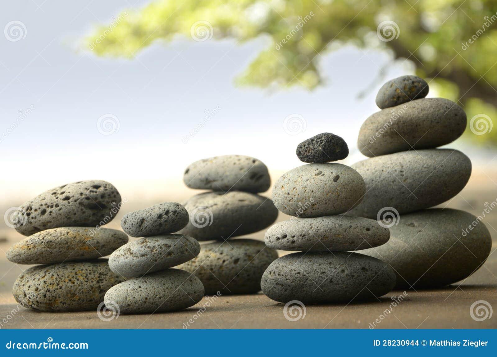 Bazaltów kamienie na plaży